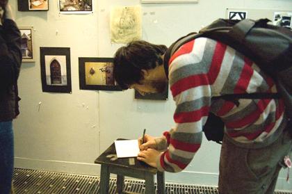 vernisajul expozitiei de la Bucuresti - oameni semnand caietul de impresii - pierdut ulterior :(